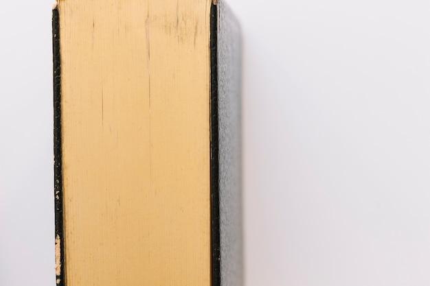 白い背景には、アンティークなヴィンテージ閉じた本