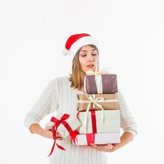 Женщина, держащая подарочные коробки в руках