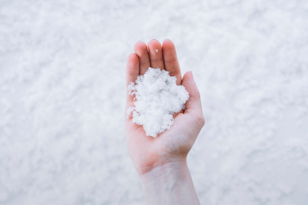 手を握る雪