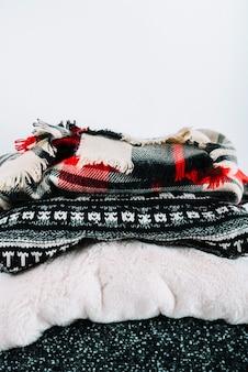 暖かいニット服の束