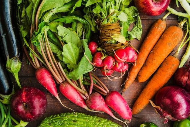 生の有機野菜を机に置く