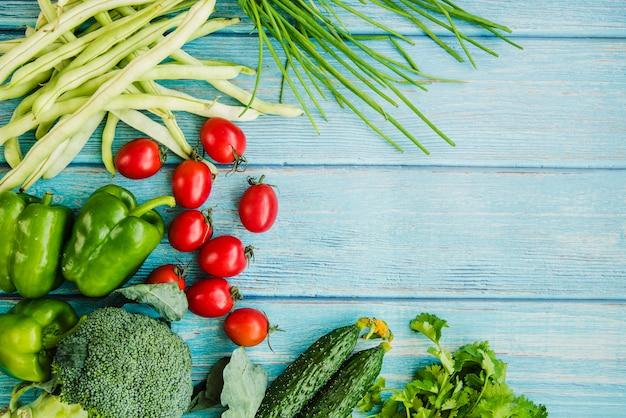 Здоровые овощи на синем деревянном столе