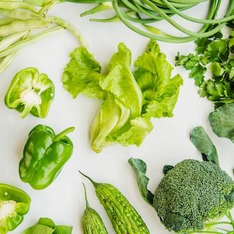 Зеленые здоровые овощи на белом фоне