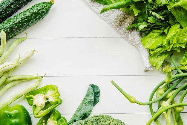 新鮮な有機緑色野菜の高い角度のビュー