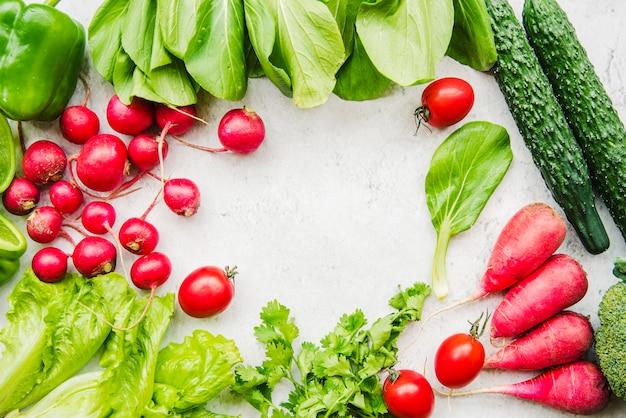 Ферма свежих собранных овощей на белом фоне