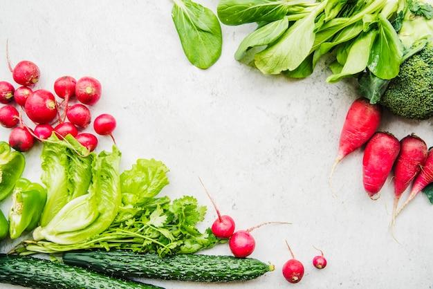 白い背景で様々な生の野菜のクローズアップ