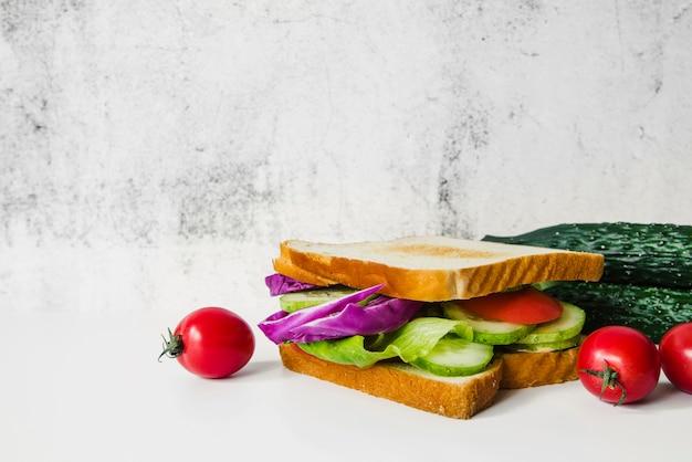 白い背景に新鮮な野菜のサンドイッチ