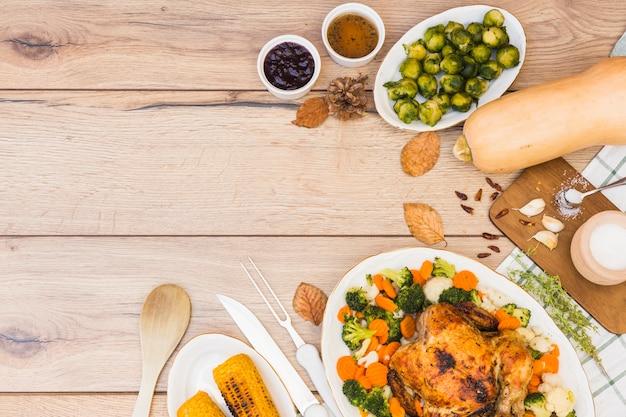異なる食べ物で覆われた木製テーブル