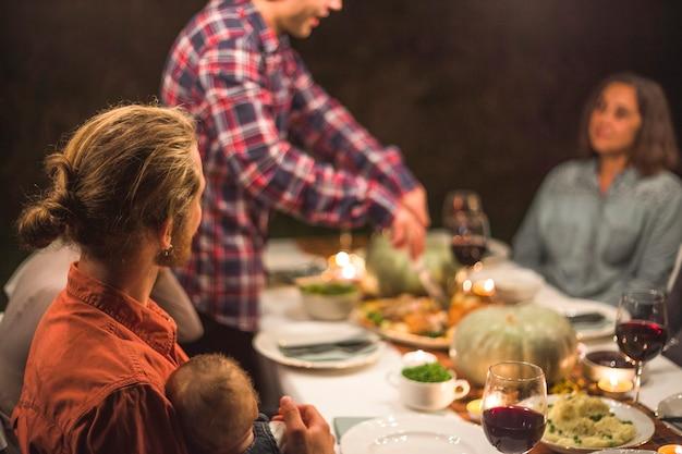 テーブルで大きな家族
