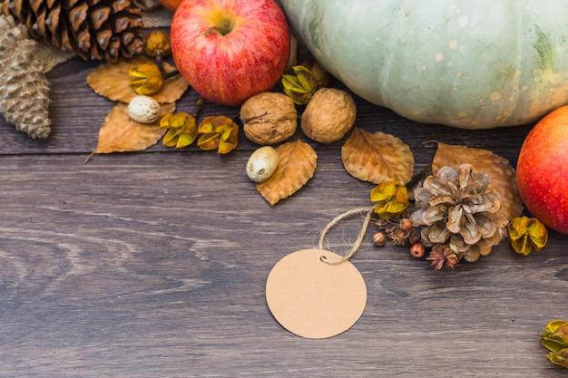 テーブル上に小さな紙を持つ果物や野菜