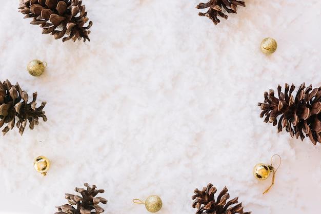 コーンの雪の上のクリスマスの組成