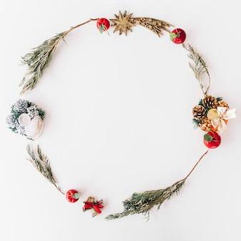 枝からのクリスマスの花輪