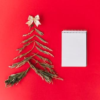 メモ帳でモミの木の枝からクリスマスツリー