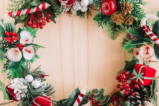木製のテーブルのクリスマスの花輪