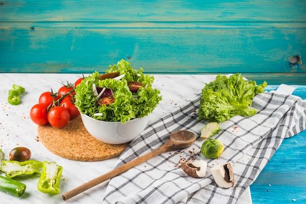 緑色の健康的なサラダ成分とスパイスは台所の作業台に