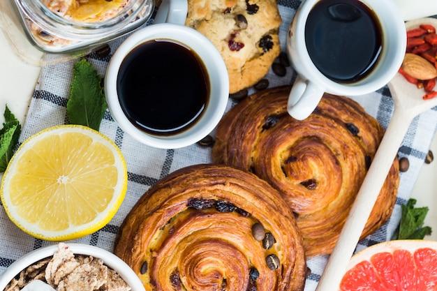 裏庭のクッキーと柑橘類のコーヒーのクローズアップ