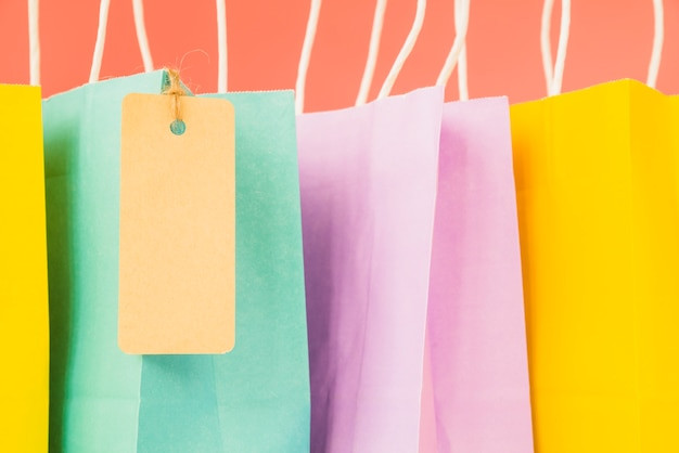 タグ付きカラフルなショッピングバッグ