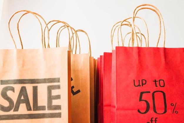 赤と茶色の紙のショッピングバッグ