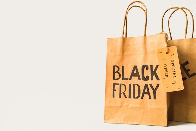 売り札のある茶色の紙のショッピングバッグ