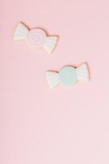ピンクの背景にチョコレートの形のクッキーをアイシング