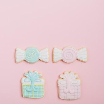 ピンクの背景においしい装飾されたクッキー