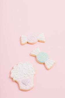 ピンクの背景にさまざまな形のクッキー