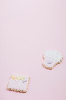 ピンクの背景においしいクッキーのクローズアップ