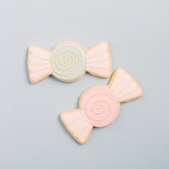 灰色の背景にチョコレートの形の新しいクッキーの高い角度のビュー