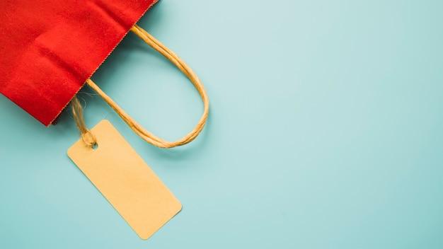 テーブル上に赤いショッピングバッグ