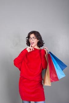 買い物袋を持つメガネの女性