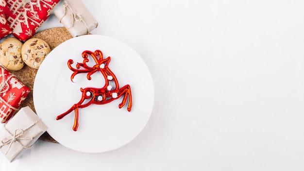 Пластина с красным оленем на столе