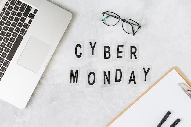 Кибер-понедельник надпись на столе с ноутбуком