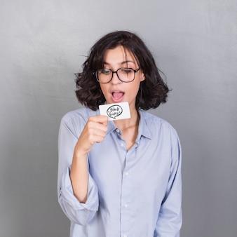 カード付きの驚くべき若い女性