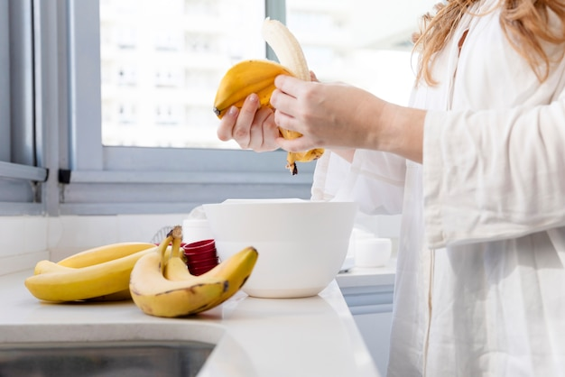 バナナを剥がす