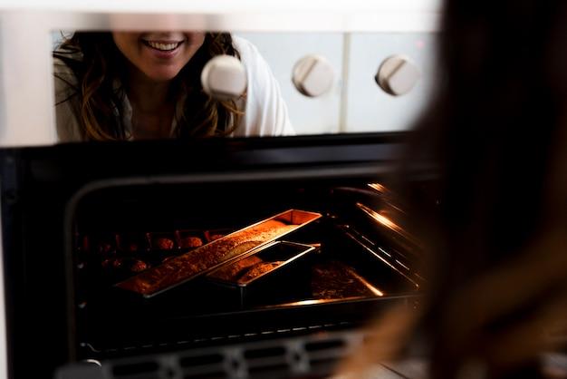 女の子、オーブンで反射