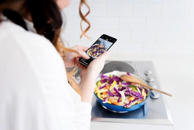 パン、食べ物の写真を撮る女性