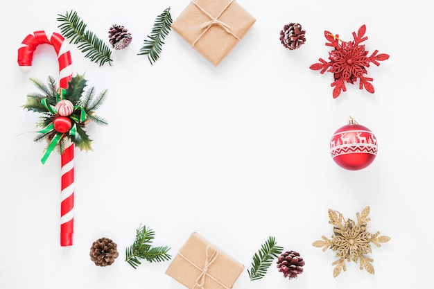 ギフトボックスの近くに装飾クリスマスの杖