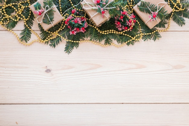 装飾されたモミの小枝とビーズのプレゼント箱