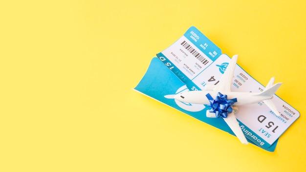 Билеты на самолет рядом с игрушечным самолетом с луком