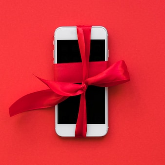赤いリボンのスマートフォン