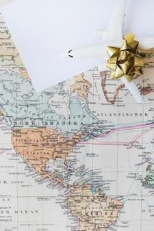 世界地図上の小さな飛行機