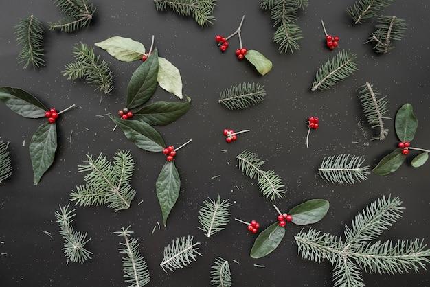 緑の枝のクリスマスの組成