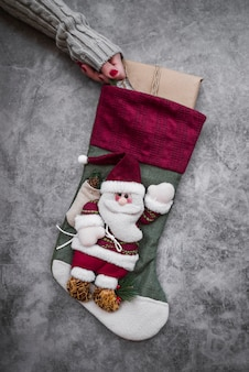 Женщина, держащая большой рождественский носок