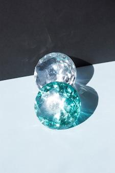 光沢のある透明な宝石