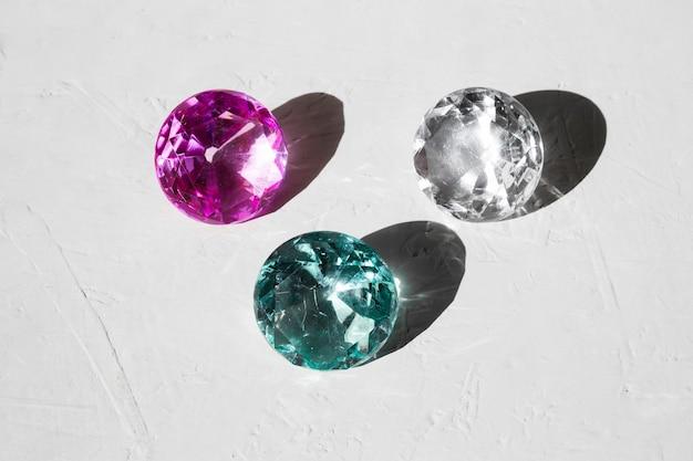 透明な光沢のある宝石