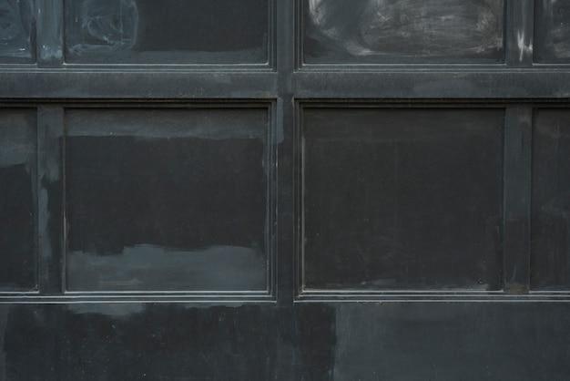 黒いパネルのある壁