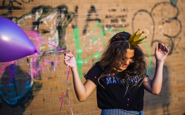 風船を持つ誕生日の女の子