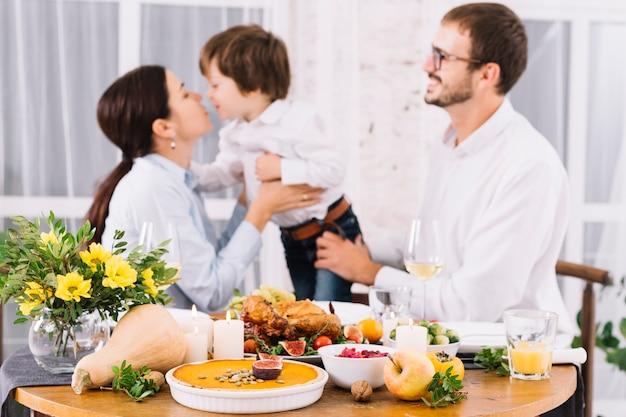 幸せな人々とお祝いのテーブル