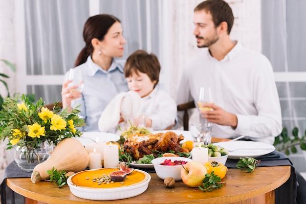 人々の背景にお祝いのテーブル