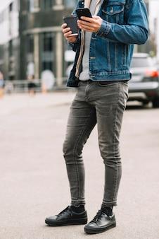 Обувь современного человека в городе